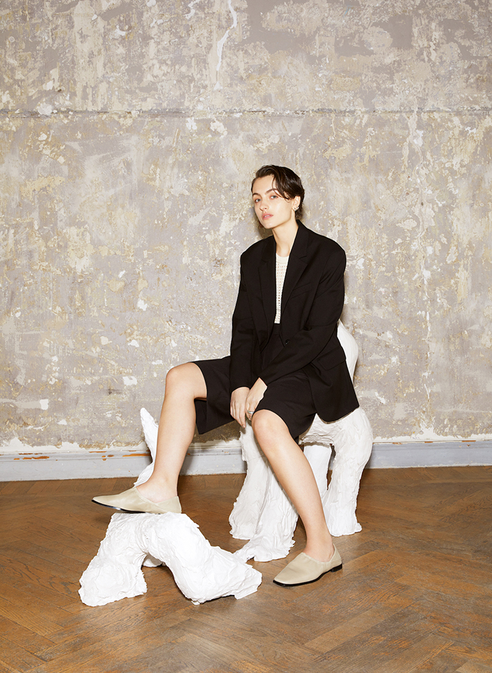 sculptor Josefin Zachrisson wearing the new Atelier by Vagabond SS2021 Collection 1